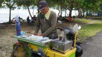 Penjual Kue Putu Ayu di Pangandaran Bertahan Saat Pandemi